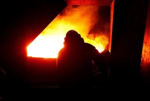 Under natten mot tisdagen evakuerades personalen på Ovako i Smedjebacken efter ett elhaveri som gjorde att stålet inte kunde kylas ner. Efter ett tag löstes dock problemet. Foto: Peter Ohlsson/Arkiv