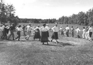 Ringdans under midsommarfirandet i Marieby 1992. Foto: Olle Sporrong.