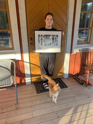 Isabelle Rönnqvist, IsaRönn, visar upp ett av de konstverk Konstföreningen Måltavlan inköpte. Bild: Lena Jonsson.