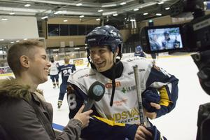 Sara Carlzén har gjort det mesta i sin roll som sportjournalist. Här tillsammans med Oliver Berg när GIF Sundsvall tränade hockey.