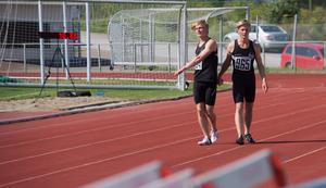 Tvillingarna Viktor och William Thor från Strands IF klappar om varandra efter att ha kommit etta och tvåa i sina finaler. Båda gjorde även personbästa.