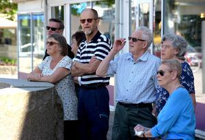 Flera i publiken valde skuggan denna högsommardag.
