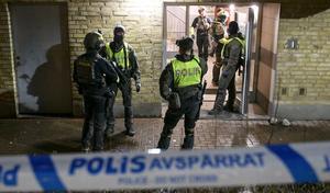 42 personer dödade vid skjutningar i Sverige förra året. Bilden är ifrån när polisen utreder ett dåd i Malmö.