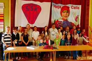 Calle Halfvarsson som prisutdelare under en avslutningsceremoni för Sågmyra SK.  Foto: Mats Hellberg/Sågmyra SK