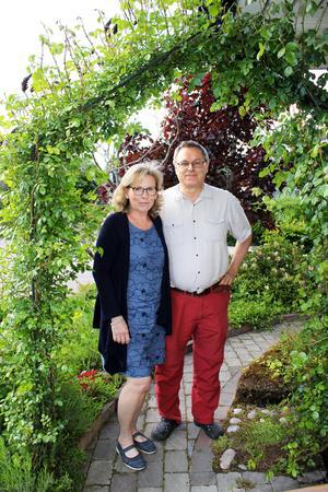 I rosträdgårdshörnan. När de inte jobbar i trädgården jobbar Roland som ingenjör på Westinghouse och Tarja är rådgivare på Specialpedagogiska skolmyndigheten.