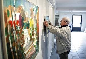 Hans-Eric Öberg hänger en utställning på Strandverkstan 2011.