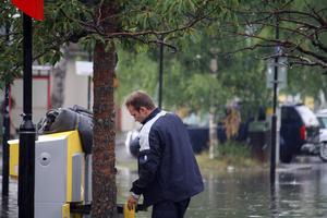 Här tömmer brevbäraren postlådan vid tågstationen i Österund. Frågan är hur posten klarade regnkaoset?