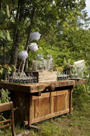 På Helenas och Jockes bröllop löste man välkomstdrinken med självservering och märkta glas. Foto: Stine Branderud