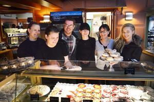 Café Symfoni har fått nya ägare och personal Catarina Engman och Madeleine Edling jobbar vidare som vanligt. Ägarfamiljen består av Mats Johansson, Helen Tillman, Marina Tillman och Sanna Sjöö.