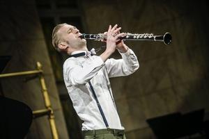 Emil Jonason bjöd på lågmäld koreografi när han spelade stående på sin klarinett.