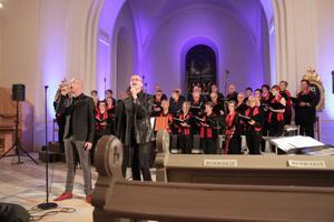 Traditionell julkonsert i Ytterlännäs kyrka med bröderna Rongedal och Ytterlännäs kyrkokör. Innerligt och stämningsfullt, harmoniskt och kraftfullt.