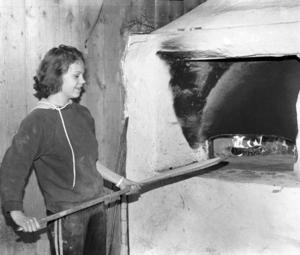 Victoria Jonsson var en av dem som bakade tunnbröd. Enligt ÖP var de färdiga bröden lättsålda.
