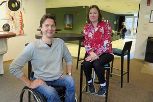 Henrik Larsson och Karolin von Krusenstjerna är två av de nitton blivande livsstilslotsarna. Med hjälp av sina egna erfarenheter vill de hjälpa barn och unga med funktionsnedsättningar.
