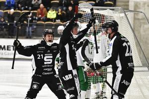 SAIK-jubel i elfte timmen. Christoffer Edlund är superglad sedan Dennis Henriksen (längst till höger) lyft in 3–1 mot Hammarby. FOTO: TT