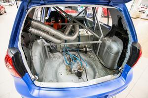 Mekanikerna på Möller Bil har inget emot att jobba lite extra med sina egna tävlingsbilar.