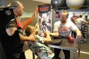 Magnus Lundgren tipsar 15-årige William Ljunggren hur han ska hantera KIlaforsbon Mikael Jansson då de bryter arm.