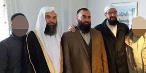 Fekri Hamad är första mannen till vänster som inte har ett pixlat ansikte. Till höger om honom står Abdel Nasser El Nadi, som skötte ansökningen av Nya Kastets skola i Bomhus samt är styrelseledamot i Gävle moské. Till höger om honom står Gävleimamen Abo Raad.