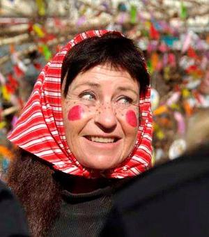 Mellan åren 2002 och 2009 var Harriet påskgumma på Stora torget och hjälpte barn och vuxna att klä påskbjörken med fjädrar.