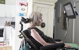 - Titta på mig och se hur jag lever. I början var det tufft, men nu har jag lärt mig att acceptera min sjukdom, skriver Sara Grundtman, med hjälp av sin talande dator.