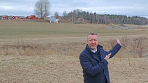 På fältet nära Kyrkskolan finns stora högar som utgör ett synligt minne av Nynäshamns kommuns bergvärmefiasko.