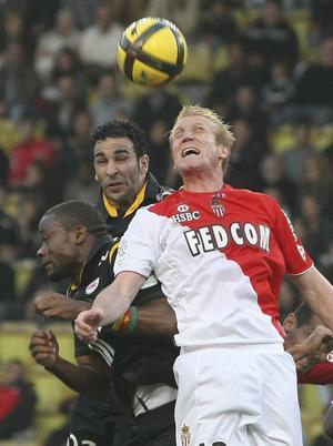 Petter Hansson i en nickduell med Lilles Moussa Sow, till höger, och Adil Rami i en match från april.