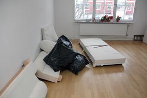 Vardagsrummet ekar tomt innan Kompis Falun kommer med inredning. Först på plats är soffan.