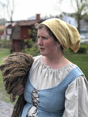 Johanna Ericsson guidar historiska stadsvandringar iförd 1700-talskostym. Foto: Emilia Ekeblad