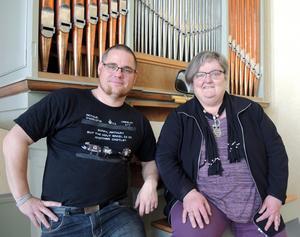 Andréas Skogholm, pastor, och Annika Westerlund, församlingsäldste, laddar batterierna inför Borlänge Pingstförsamlings 100-årsjubileum den kommande helgen.