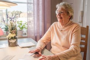 """Inger Olsson brukar skicka in synpunkter på äldrematen i hopp om att den ska bli bättre. """"Jag har skrivit synpunkter länge, men jag får aldrig något svar. Man blir förbaskad. De säger """"vi har problem"""", men de måste ju lösas också"""", säger hon."""