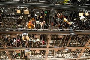 En vin som lagras svalt håller längre. Här är temperaturen mellan 13 och 14 grader, ungefär.