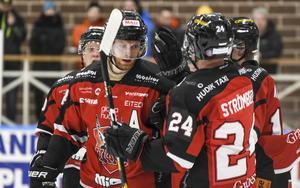 Henric Nordin klappas om efter ett av sina mål under säsongen.
