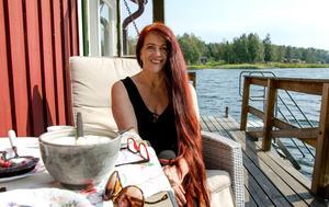 För tio år sedan sålde Karin och hennes man villan i Matfors, och flyttade ut permanent till stugan i Björkön.