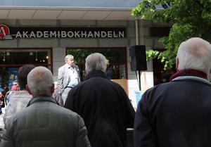 Tidigare fastighetskung är en titel. Numera kan Kjell Larsson även titulera sig som författare.