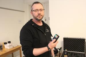 Tony förevisar ett antal av de instrument som han och de andra i LaxTon använder sig av när de gör undersökningar i hemsökta hus och byggnader.