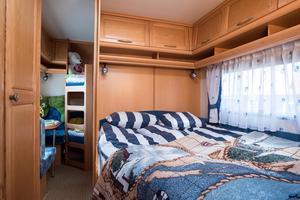 Mellan kök och sovrum samt sovrum och barnrum finns det skjutdörrar så man kan stänga om sig.