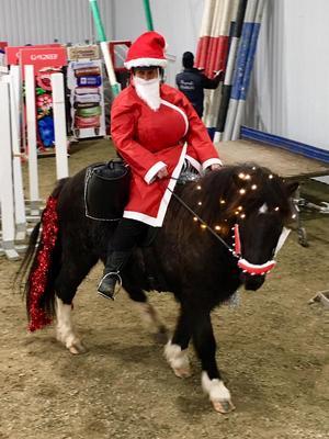 Tomten, som naturligtvis kom på häst, delade ut godis till barnen.