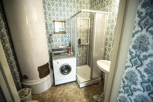 En av de tretton kakelugnarna står på en toalett.