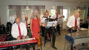Swingtime med sångerskan Cristina Viksten uppträder i  Nynäshamn vid ett tidigare tillfälle. Foto: Max Möllerfält.