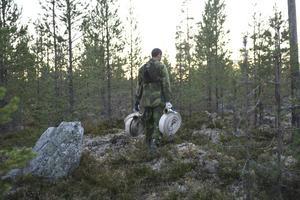En militär slangbärare en extra resurs att nyttja i kampen mot skogsbranden.