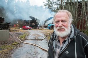 Fastighetsägaren Lars Gustafsson fanns på plats vid den nedbrunna verkstaden.