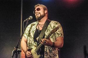 """Micke Mojo spelar  på Verket tillsammans med The Bedroom Snakes och en gästartist, Eugene """"Hideaway"""" Bridges."""