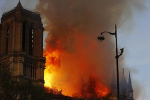 Notre-Dame ska byggas upp, lovar Frankrikes president. Bild: TT