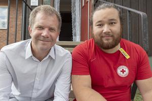 Martin Ärnlöv, generalsekreterare för Röda Korset och Alexander Mårtensson, en av de frivilliga som åkt till Sveg för att hjälpa till.
