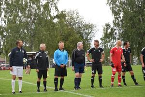 Domarteamet tillsammans med kaptenerna för respektive lag.