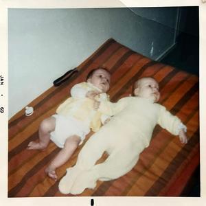 Redan som bebisar möttes Sara (till vänster) och Katarina för första gången.