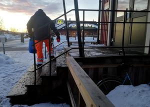 Anton ser till att det är sandat utanför fastigheterna runt tågstationen.