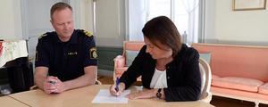 Kommunalråd Susanne Norberg (S) och lokalpolisområdeschef Mattias Skarp skriver på samverkansöverenskommelsen.Foto: Peter Dahlberg/Falu kommun