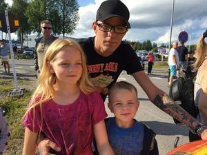 - Jag har ett motorintresse och det har jag tänkt föra över till mina barn, säger Peter Holmberg som hade tagit med sig barnen Kajsa och Emil för att kolla in showen på fredagskvällen.