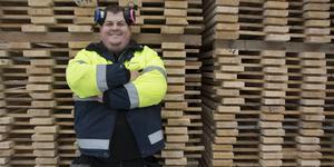 Mattias Edlund, platschef på såganläggningen i Långsele, Anundsjö, gläds åt storsatsningen som ägaren Högland Såg & Hyvleri gör på Anundsjösågen.