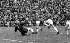 Kjell Eriksson in action. Han fick chansen i Örgryte under legendaren Agne Simonssons spanska proffsår och spåddes ta över centerrollen i ÖIS för gott. I stället fortsatte målproduktionen i GIF Sundsvall. Här på bilden mot Degerfors 1965.